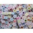 Plastčna kocka 8 mm bela sa sarenim slovima